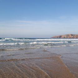 Sandstrand am Atlantik mit blauem Himmel