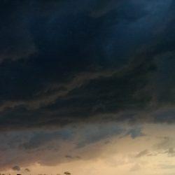 gewitterwolken mit silberstreif am horizont