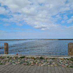 Blick auf eine Ostsee-Hafeneinfahrt